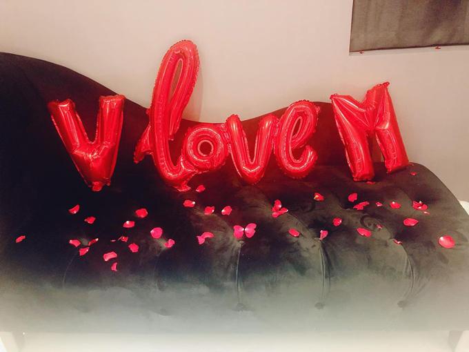 Cả căn phòng ngủ của Khánh My được nam diễn viên phim Tháng năm rực rỡ tự tay trang trí từngchi tiết nhỏ như lời tỏ tình V love M (Vũ yêu My).
