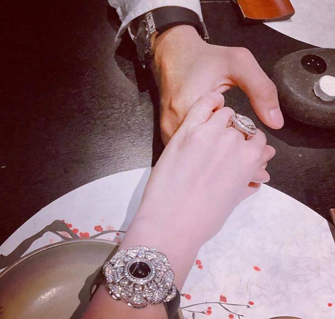 Trong ngày kỷ niệm một năm yêu nhau, cặp đôi còn cùng nhau thưởng thức bữa tối ngọt ngào.