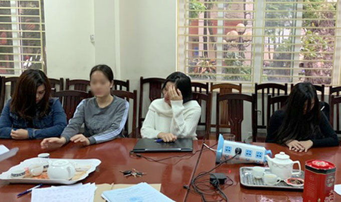Bốn nhân viên tiệm masage tại trụ sở công an quận Nam Từ Liêm. Ảnh: ANTĐ
