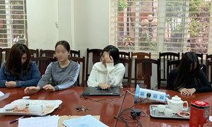 Nữ nhân viên tiệm massage ở Hà Nội khỏa thân chiều khách