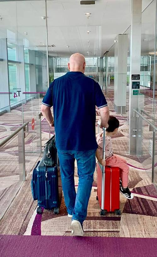 Ca sĩ Thu Minh chia sẻ ảnh trên đường ra sân bay cùng chồng Tây và con trai cùng chú thích:Bay, bay và lại bay. Cuộc sống gia đình tôi là thế đó. Chúc cả nhà cuối tuần vui vẻ.