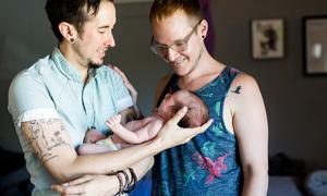Trải nghiệm làm cha mẹ của cặp vợ chồng đồng tính