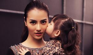 Hồng Quế được con gái cổ vũ làm vedette cho NTK Hà Duy