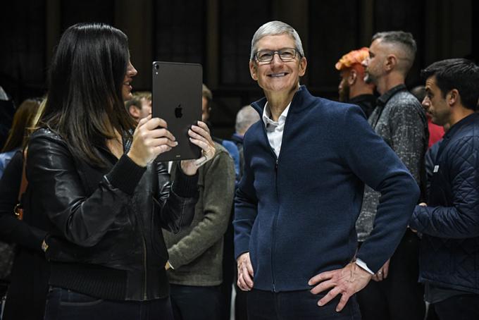 CEO Tim Cook và ca sĩ Lana Del Rey (cầm iPad) trong một sự kiện ra mắt sản phẩm Apple tại Học viện Âm nhạc Brooklyn, New York, ngày 28/10/2018. Apple giới thiệu MacBook Air, Mac Mini vàiPad Pro mới. Ảnh:Stephanie Keith.