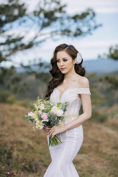 Trong bộ ảnh, My Lê được stylist Huỳnh Quang Nhật tư vấn về những mẫu váy cưới có thiết kế tôn dáng, khoe triệt để những đường cong nóng bỏng của siêu mẫu.