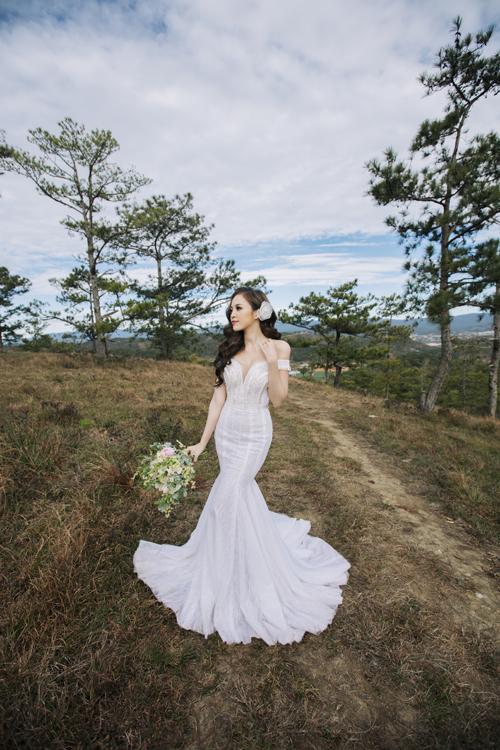 Váy được may voan mỏng trước ngực giúp cô dâu khoe được vẻ gợi cảmmột cách tinh tế.