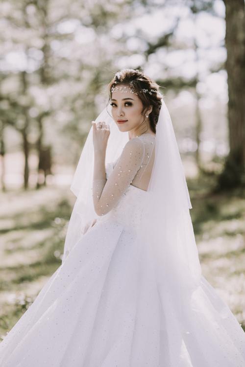 Váy được kết hợp với lúp cưới dài, không họa tiết để tôn vinh nét đẹp trong trẻo, tinh khôi của cô dâu mới.