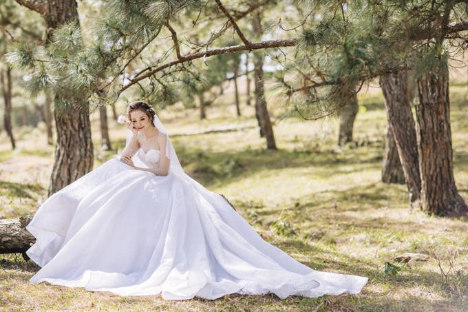 Kiểu dáng váy với phần đuôi xòe bồng sẽ làm tăng vẻ điệu đà, nữ tính của cô dâu trong dịp hỷ sự.