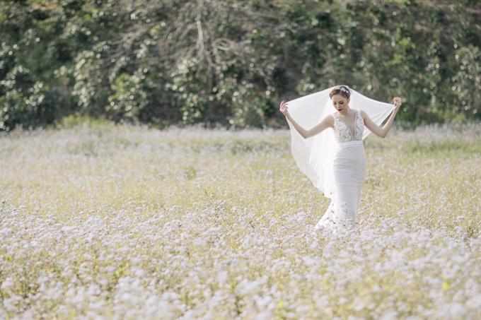 Váy cưới ren có điểm nhấn nằm ở phần cổ xẻ sâu mang đến vẻ quyến rũ khó cưỡng cho phái đẹp trong ngày hạnh phúc. Chân váy có độ ôm và xòe nhẹ phía bên dưới phù hợp cho nàng có thân hình đồng hồ cát.