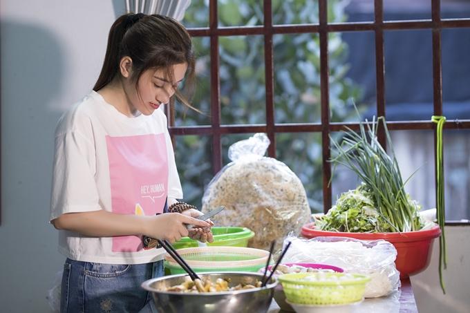 Tố My vào bếp trổ tài nấu món mì Quảng - đặc sản quê hương Đà Nẵng của cô. Từ khi vào TP HCM theo học Đại học Luật, nữ ca sĩ thỉnh thoảng nấu một số món ăn quê nhà để đỡ nhớ hương vị.