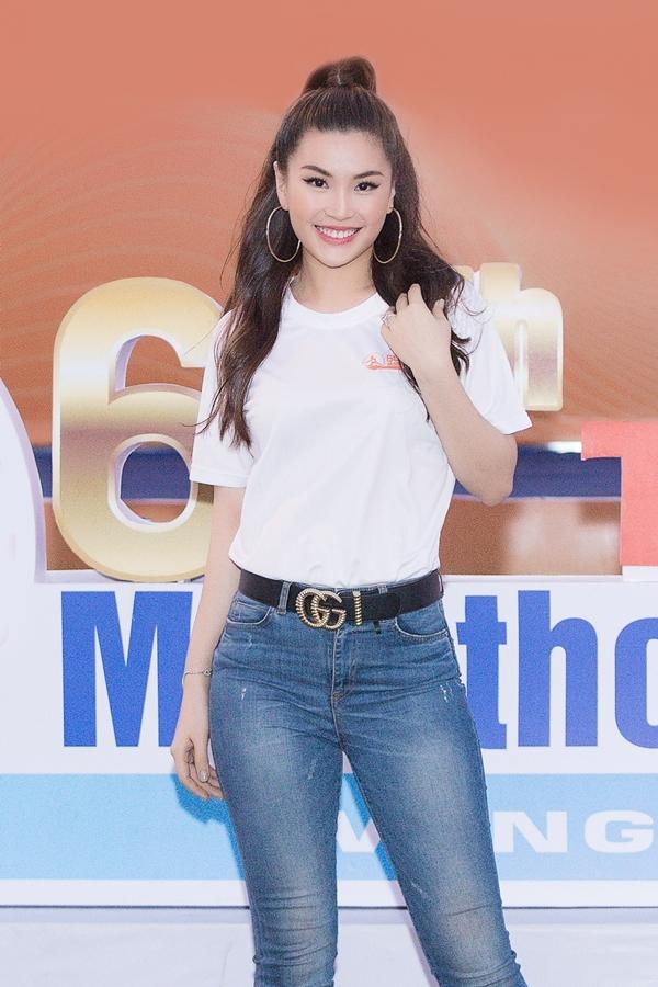 Á hậu Diễm Trang chọn kiểu tóc, bông tai cá tính cho ngoại hình. Cô bật mí sẽ có kế hoạch sinh thêm em bé thứ hai trong năm nay.