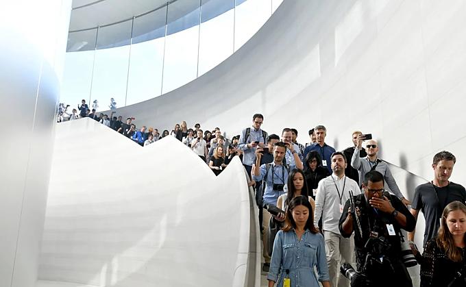 Báo chí đổ bộ nhà hát Steve Jobs tại Cupertino, California (Mỹ) trước mỗi sự kiện Apple. Ảnh:AFP.