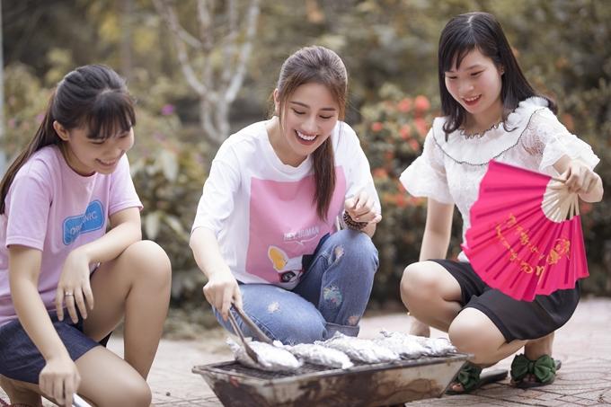 Tố Mycòn chuẩn bị thêm món cá nướng. Mỗi người phụ nhau một tay để sớm hoàn thành bữa ăn cùng nhau.