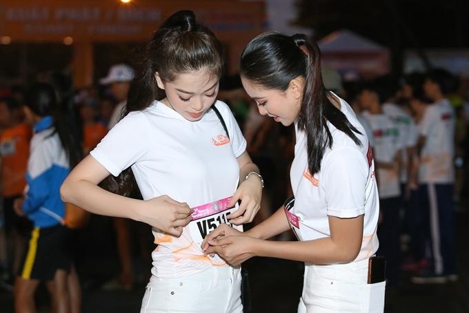 Tiểu Vy còn giúp Phương Nga chỉnh sửa trang phục trên đường chạy. Sau cuộc thi, cả hai đều được quản lý và định hướng hoạt động từ ban tổ chức. Họ thường xuyên tham gia nhiều sự kiện và có mối quan hệ thân thiết với nhau.