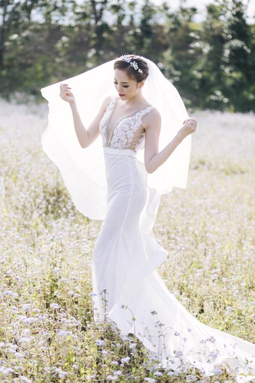 Những đường cắt may tinh tế giúp chiếc váy thêm quyến rũ. Bộ đầmmang phom dáng gọn gàngphù hợp cho cô dâu tiếp đón khách khứa tại bàn tiệc.
