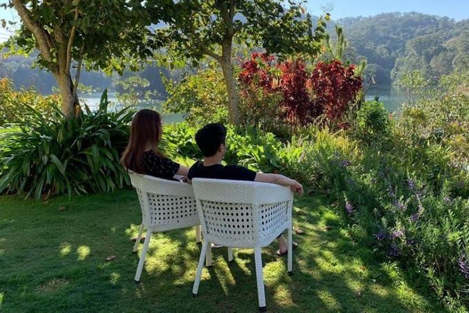 Khoảnh khắc bình yên của cặp đôi trong khuôn viên căn biệt thự nhìn ra hồ Tuyền Lâm (Đà Lạt) những ngày đầu xuân được nhiều người yêu thích. Người hâm mộ mừng vì cả hai đã tìm được hạnh phúc mới.
