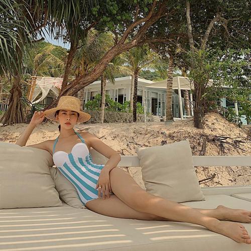 Chi Pu diện bikini liền mảnh khoe đôi chân dài nuột nà: Trời chưa ngưng nóng, Chi chưa ngưng mặc đồ bơi.