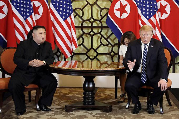 Chủ tịch Triều Tiên Kim Jong-un gặp vỡ Tổng thống Mỹ Donald Trump trong hội nghị thượng đỉnh Mỹ - Triều tại Hà Nội hồi tháng 2. Ảnh: AP.Nhiếp ảnh gia Ri là một trong những người tháp tùng và được giao nhiệm vụ chụp ảnh cho Kim Jong-un tại sự kiện này.