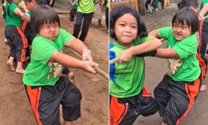 Cô bé 7 tuổi trở thành tâm điểm với khuôn mặt biểu cảm khi kéo co
