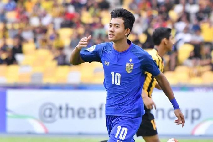 Dù còn trẻ, Suphanat thi đấu rất tự tin bên cạnh các đàn anh trong tuyển U23 Thái Lan.