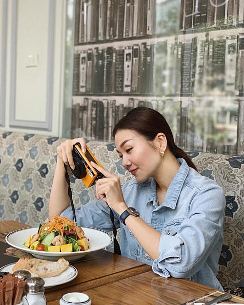 Siêu mẫu Thanh Hằng tranh thủ chụp ảnh để cúng Facebook trước khi ăn.