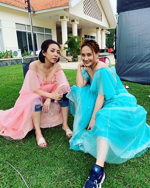 Diễn viên hài Thu Trang pose hình cùng Bảo Thanh: Khi chị Mười Ba gặp Sống chung với mẹ chồng.