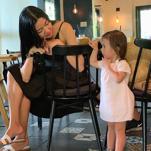 Khoảnh khắc đáng yêu của Áhậu Thúy Vân bên bé gái: Trời ơi, nhìn mấy đứa con nít cưng muốn xỉu.Tại sao bạn bè xung quanh tui có con hết rồi nè,mà toàn là con gái xinh đẹp dễ thương chứ.