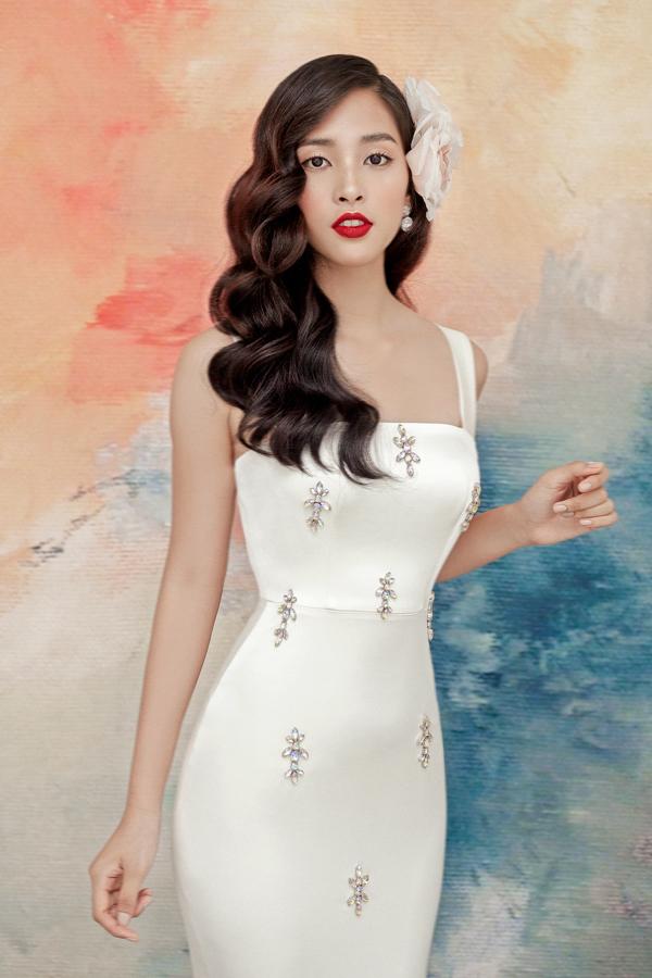 Trên nền vải trắng ngà, hoạ tiết đá được sắp đặt khéo léo,tăng thêm vẻ nữ tính cho Tiểu Vy.