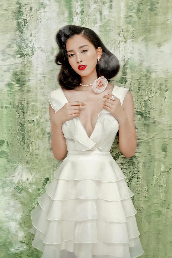 NTK Khổng Minh Trang chia sẻ, cô chọn Tiểu Vy làm nàng thơ cho bộ sưu tập mới bởi nhan sắcnhư đoá hoa đang hé nở của Hoa hậu Việt Nam 2018.Tiểu Vy là biểu tượng của sự thuần khiết trong sáng tựa như những đoá hồng. Sự tươi trẻ, quyến rũ và căng tràn sức sống của Tiểu Vy giúp tôi tạo nên những bộ đầm trắng đài các lần này, cô nói.