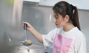 Tố My tự tay nấu mì Quảng đãi fan