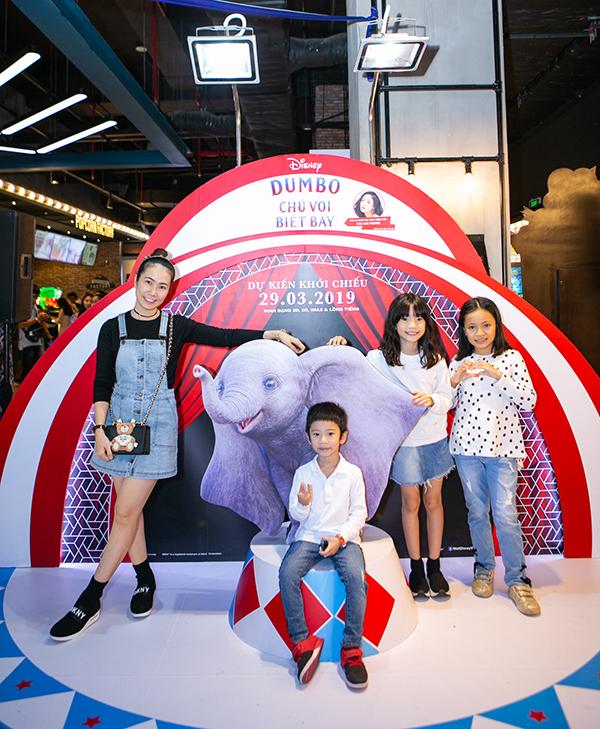 MC Thanh Thảo đưa con trai và con gái (thứ hai từ phải sang) đi xem phim.