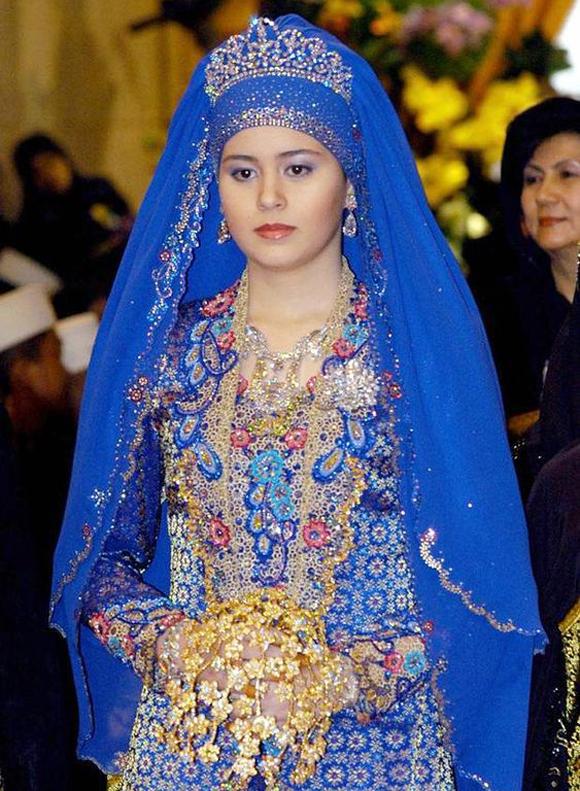 Sarah, Công nương Brunei, sinh năm 1987. Cô kết hôn với Thái tử Al-Muhtadee Billah năm 17 tuổi và sinh bốn con.
