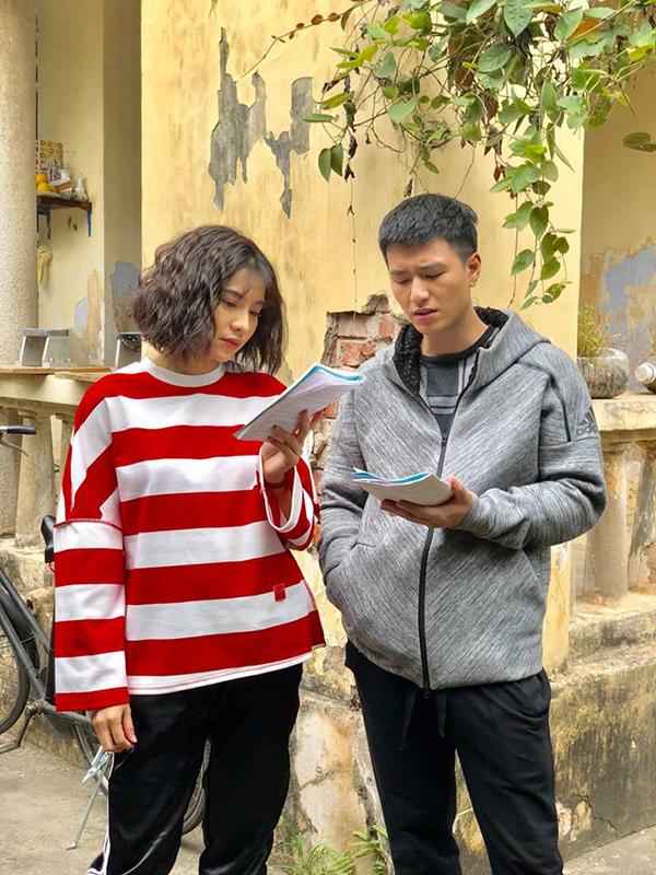 Lưu Đê Ly và Huỳnh Anh mải mê đọc kịch bản ở hậu trường. Bộ đôi có rất nhiều cảnh tình cảm nhưng hạn chế động chạm nhiều nhất có thể. Vì vậy, cả hai tập luyện rất nhiều lần rồi mới làm thật mỗi khi bước vào một cảnh quay.
