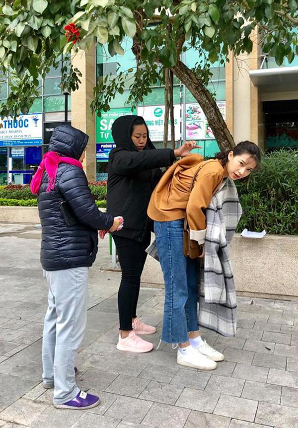 Thực hiện một số cảnh quay vào thời điểm Hà Nội bước vào đợt rét đậm, Lưu Đê Ly phải dán nhiều miếng giữ nhiệt lên người để giữ ấm cơ thể.