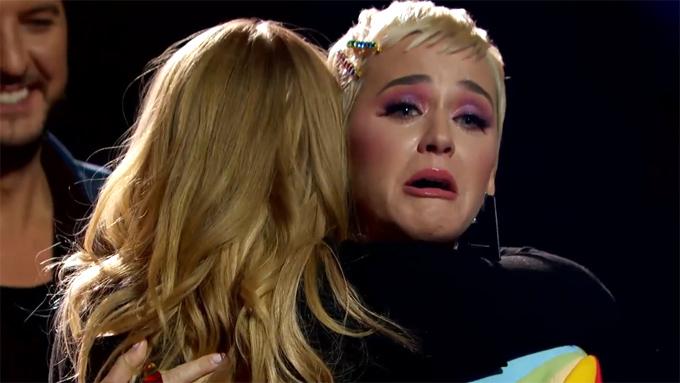 Katy Perry ôm chầm thí sinh Johanna chúc mừng.