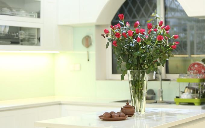 Nam ca sĩ thích tô điểm cho ngôi nhà bằng những lọ hoa tươi.