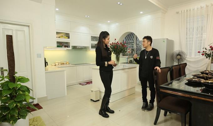 Khu vực bếp được thiết kế liền kề bàn ăn. Quang Hà đã mất 5 tháng để hoàn thiện căn biệt thự này.