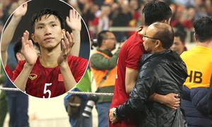 Thầy Park ôm học trò mừng đại thắng Thái Lan