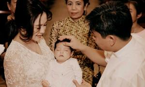 Con trai Thanh Thúy ngủ say trong lễ rửa tội