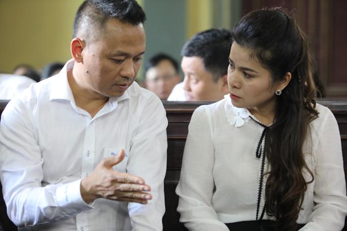 Bà Thảo trao đổi với luật sư trong phiên tòa chiều 27/3 tại TP HCM. Ảnh: Thành Nguyễn.