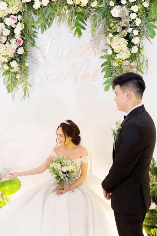 Yến Nhi chọn ghế Chiavari cùng tông váy cưới để dễ dàng che đi chiếc ghế khi cô đứng chụp ảnh cùng khách mời.