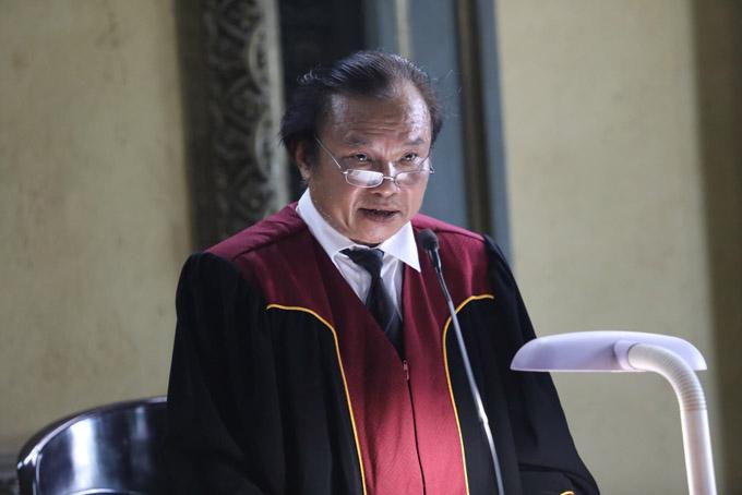 Chủ tọa Nguyễn Văn Xuân công bố bản án. Ảnh: Thành Nguyễn.