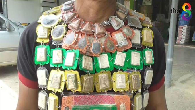 Ồng Sanom ở ở huyện Sawaeng Ha, tỉnh Ang Thong, Thái Lan đeo áo giáp được làm từ bùa may mắn. Ảnh: Thaich8 News.