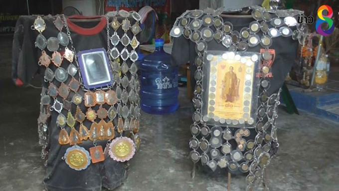 Hai trong số ba bộ áo giáp được làm từ bùa may mắn của ông Sanom ở Thái Lan. Ảnh: Thaich8 News.