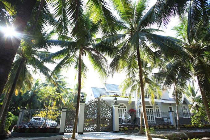 Đoàn Thanh Tài chia sẻ hình ảnh căn biệt thự sân vườn anh mới tặng bố mẹ ở xã Tân Hưng, huyện Ba Tri, tỉnh Bến Tre.