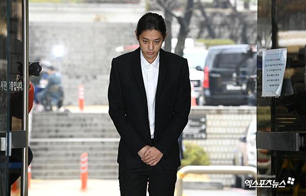 Jung Joon Young xuất hiện tại sở cảnh sát.