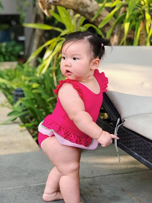 Gọi gì Myla đấy?, siêu mẫu Hà Anh dí dỏm bình luận về bức ảnh của con gái. Bé Myla tròn 9 tháng tuổi, ngày càng bụ bẫm đáng yêu.
