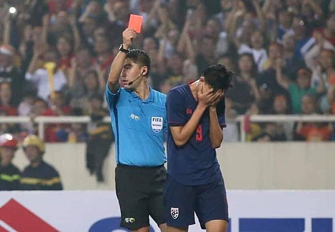 Trọng tài rút thẻ đỏ truất quyền thi đấu của Supachai ở phút 57 trận Việt Nam gặp Thái Lan tại lượt cuối vòng loại giải U23 châu Á. Ảnh: Lâm Thỏa.