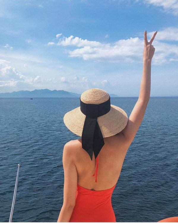 Khi đi du lịch biển, Tăng Thanh Hà cũng chọn mũ nan để chống nắng và tạo điểm nhấn cho phong cách thời trang của mình.
