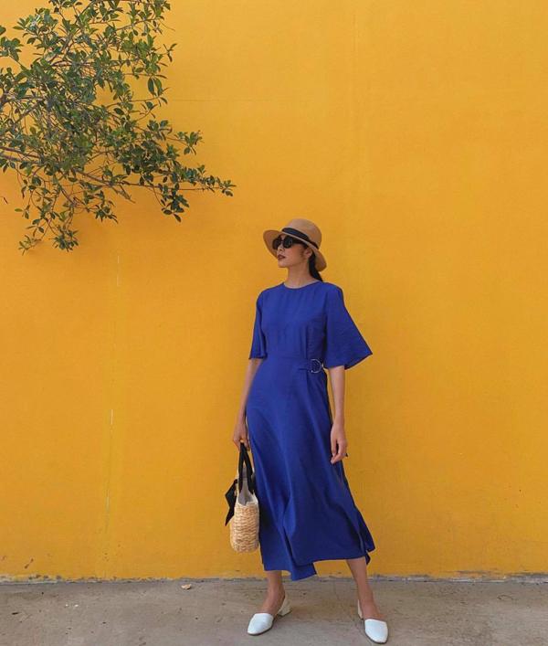 Để ghi điểm về phong cách dạo phố, Tăng Thanh Hà đã chọn túi dây đan lục bình đi kèm nón nan khi diện váy thắt eo hợp xu hướng hè 2019.